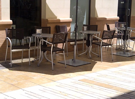 Sequestrati sedie e tavolini abusivi di un chiosco l 39 urlo for Tavolini arredo