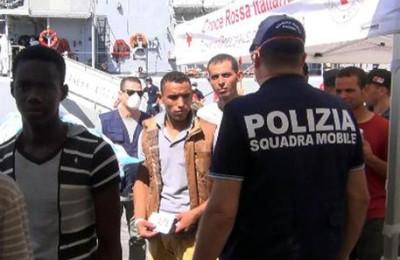 La Polizia di Stato, dopo lo sbarco del 22 agosto a Pozzallo (Ragusa), ferma per favoreggiamento dell'immigrazione clandestina aggravato 5 scafisti che avrebbero condotto i gommoni fermati in alto mare carichi di migranti, 23 agosto 2016. ANSA/ POLIZIA DI STATO   +++ ANSA PROVIDES ACCESS TO THIS HANDOUT PHOTO TO BE USED SOLELY TO ILLUSTRATE NEWS REPORTING OR COMMENTARY ON THE FACTS OR EVENTS DEPICTED IN THIS IMAGE; NO ARCHIVING; NO LICENSING +++
