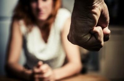 violenza_pugno_uomo_donna_555