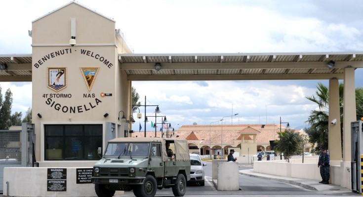 Sono pronti a partire dalla pista della base dell'aeronautica miltare di Sigonella sei Caccia danesi F16 arrivati ieri. La base italiana di Sigonella, sede del 41simo stormo dell'aeronautica militare, ha il compito di fornire il massimo supporto alle forze internazionali che vengono a schierarsi qui per operazioni inerenti la crisi libica. ANSA/ORIETTA SCARDINO