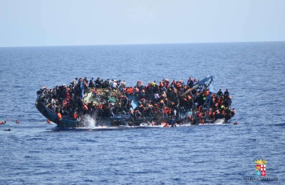 Un'immagine del nuovo naufragio avvenuto nel Canale di Sicilia e la Marina Militare precisa che sono cinque e non sette, come in un primo momento era stato comunicato, i morti recuperati a bordo di un barcone carico di oltre 500 migranti che si è capovolto a circa venti miglia al largo delle coste libiche. Roma, 25 maggio 2016. ANSA/ UFFICIO STAMPA MARINA MILITARE +++ ANSA PROVIDES ACCESS TO THIS HANDOUT PHOTO TO BE USED SOLELY TO ILLUSTRATE NEWS REPORTING OR COMMENTARY ON THE FACTS OR EVENTS DEPICTED IN THIS IMAGE; NO ARCHIVING; NO LICENSING +++