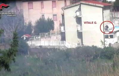 Un frame tratto da un video fornito dai carabinieri mostra un momento delle operazioni che hanno condotto all'arresto del capomafia di Resuttana Giovanni Vitale, detto il Panda, ufficialmente latitante da due mesi, Palermo, 24 Gennaio 2017. Il mafioso si nascondeva in una abitazione di Giardinello, nel Palermitano. ANSA/ UFFICIO STAMPA/ CARABINIERI +++ ANSA PROVIDES ACCESS TO THIS HANDOUT PHOTO TO BE USED SOLELY TO ILLUSTRATE NEWS REPORTING OR COMMENTARY ON THE FACTS OR EVENTS DEPICTED IN THIS IMAGE; NO ARCHIVING; NO LICENSING +++ +++EDITORIAL USE ONLY - NO SALES+++