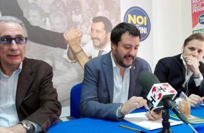 Il leader della Lega, Matteo Salvini (C), durante un incontro a Catania, 20 aprile 2017.    ANSA / Domenico Trovato