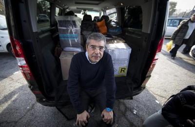 L'ex governatore della Sicilia Salvatore Cuffaro all'uscita dal carcere di Rebibbia, Roma, 13 dicembre 2015; alle sue spalle scatole contenenti oggetti e indumenti usati all'interno del carcere. ANSA/MASSIMO PERCOSSI