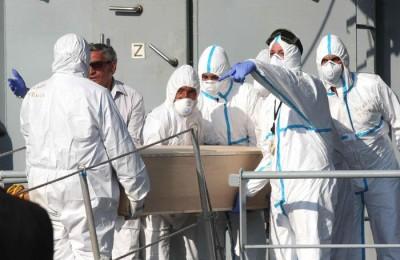 La nave della marina militare irlandese Le Niamh con a bordo 367 migranti, di cui 24 donne, 13 minori e 25 salme vittime dello scorso naufragio a largo della Libia è approdata nel porto di Palermo. Le persone salvate dai soccorritori sono in tutto 373. Sei migranti sono stati trasportati in elisoccorso in alcuni ospedali. Palermo, 6 agosto 2015. ANSA/CORRADO LANNINO