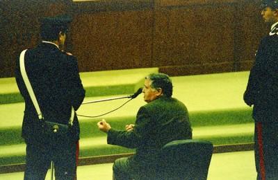 Il boss di Cosa Nostra Salvatore Riina alla sua prima udienza del processo sulla strage di Capaci,  nell' aula-bunker dell'Ucciardone, Palermo, 28 febbraio 1993. ANSA