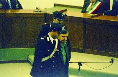 Il boss di cosa nostra, Salvatore Riina, in aula per la prima volta, in un processo all'ucciardone.