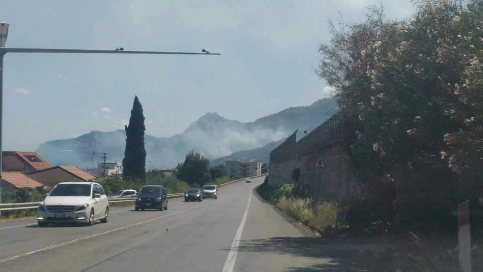 Ennesimo incendio in provincia, fiamme su monte Inici