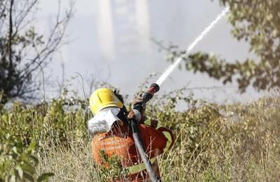 Uomini della Protezione Civile e dei Vigili del Fuoco durante operazioni di spegnimento di un vasto incendio zona Laurentina, Roma 7 Luglio 2017, ANSA/GIUSEPPE LAMI