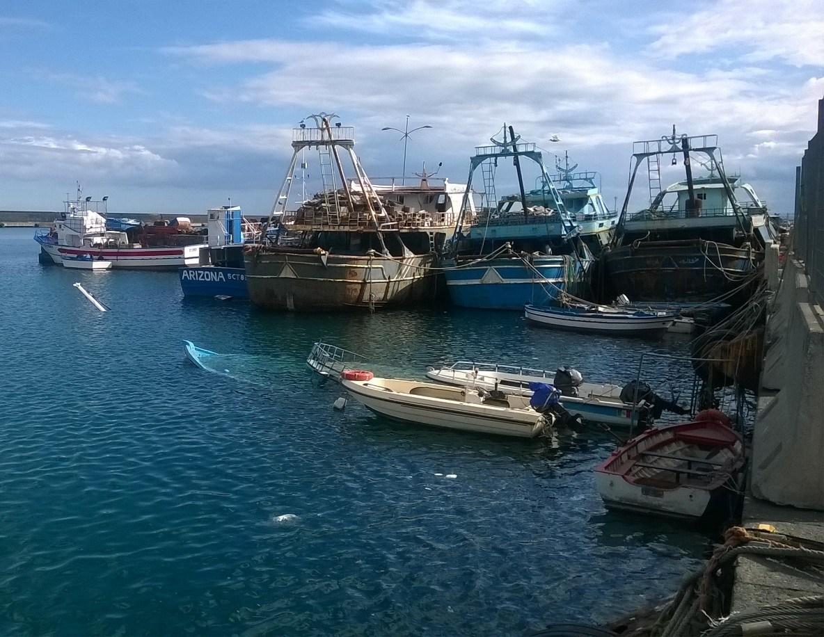 porto di catania barca affondata e prua di un'altra imbarcazione