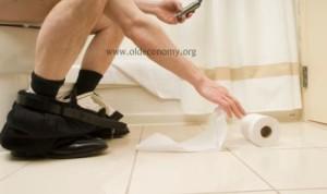 uomo-con-cellulare-in-bagno