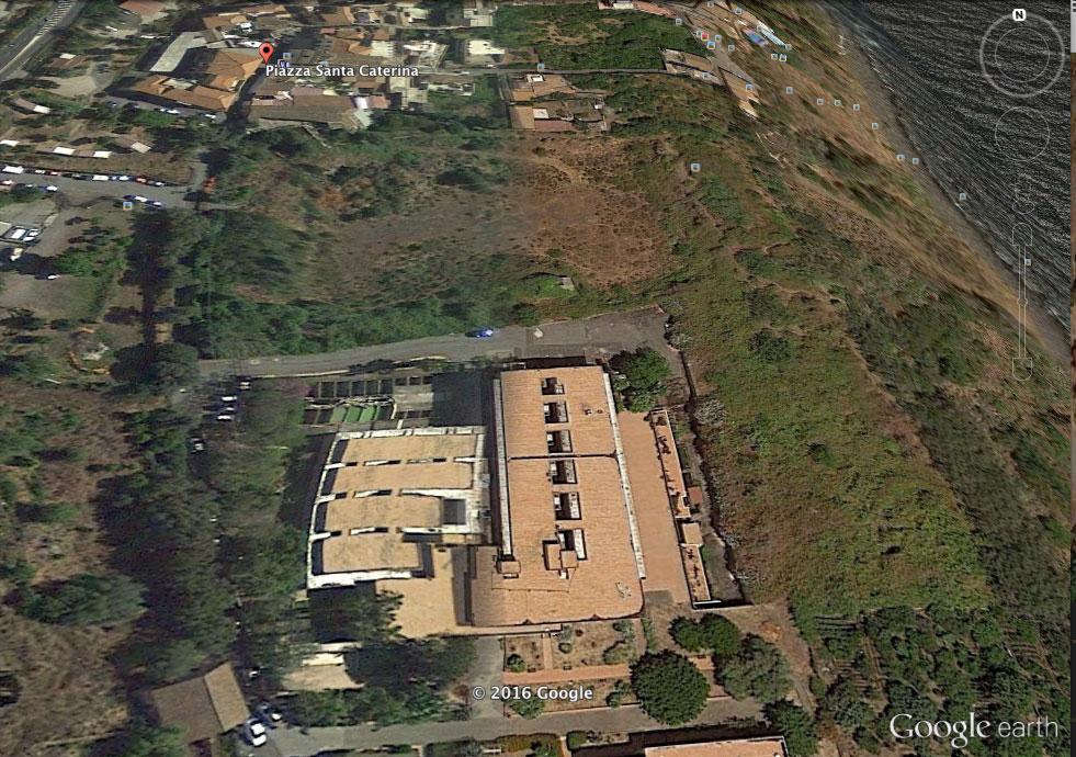 Vista satellitare. I lavori fatti con la dinamite hanno lasciato una grossa fossa. Zona più scura del terreno