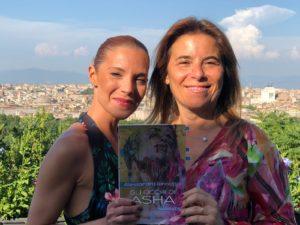 Alessandra Iannotta con Michela Tanfoglio tiene in mano il proprio libro